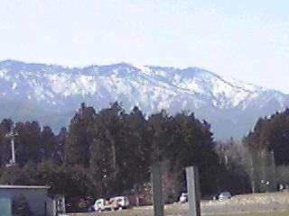 山は雪が残っている